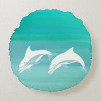 Delfínes juguetones en el océano del aquamarine cojín redondo
