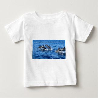 Delfínes juguetones remeras