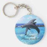Delfínes lindos en el mar llavero redondo tipo pin