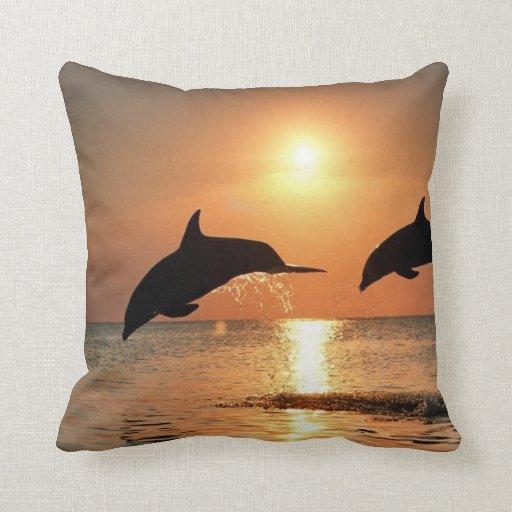 Delfínes por puesta del sol cojin