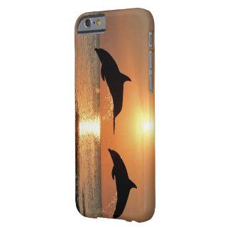 Delfínes por puesta del sol funda barely there iPhone 6