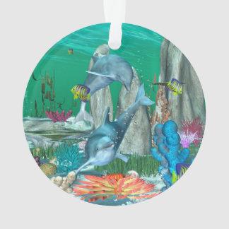 Delfínes que juegan divertidos con otros pescados