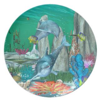 Delfínes que juegan divertidos con otros pescados platos de comidas
