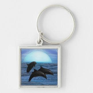 Delfínes que juegan en el claro de luna llavero cuadrado plateado