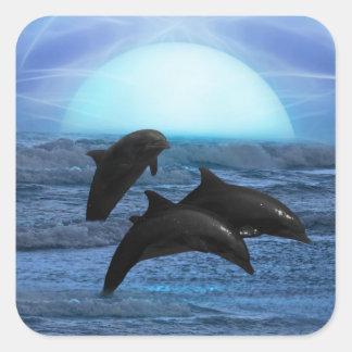 Delfínes que juegan en el claro de luna pegatina cuadradas personalizadas