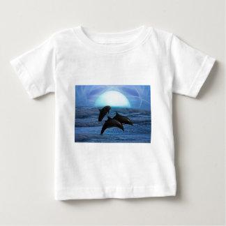 Delfínes que juegan en el claro de luna playera para bebé