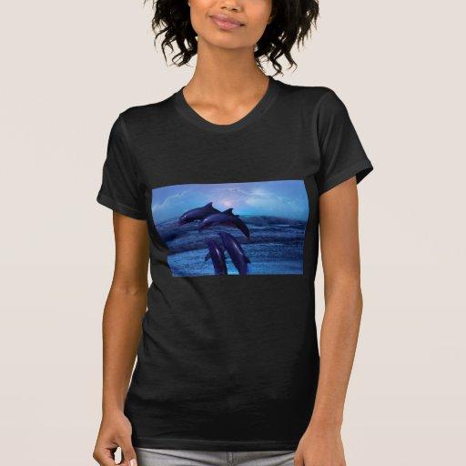 Delfínes que juegan en el océano camisetas