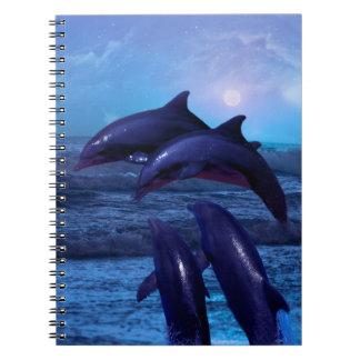 Delfínes que juegan en el océano libros de apuntes con espiral