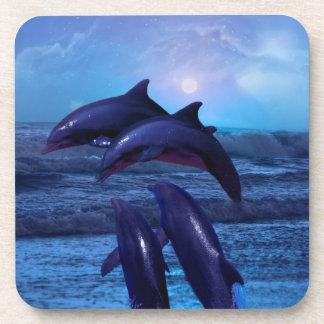 Delfínes que juegan en el océano posavaso