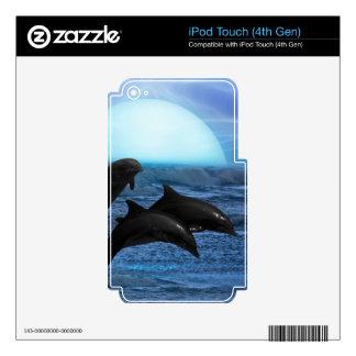 Delfínes que juegan en la piel del claro de luna skins para iPod touch 4G