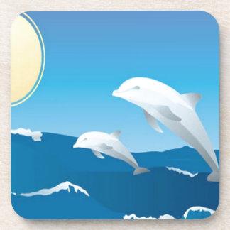 Delfínes que nadan en el diseño del océano posavasos de bebida