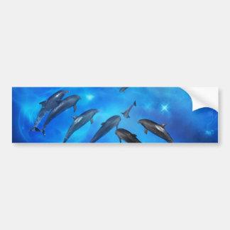 Delfínes que nadan en el océano pegatina de parachoque
