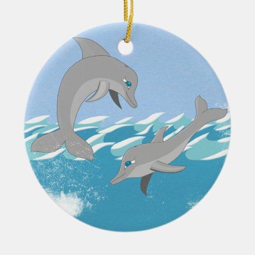 Delfínes que nadan en el océano adorno redondo de cerámica