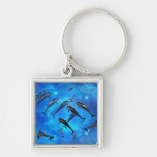 Delfínes que nadan en el océano llavero cuadrado plateado