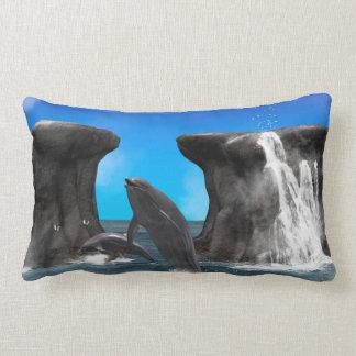Delfínes que nadan y que saltan cojín