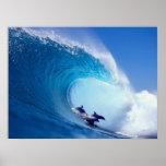 Delfínes que practican surf impresiones