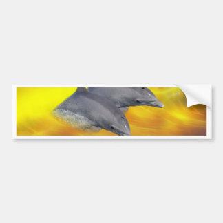 Delfínes que practican surf las ondas pegatina de parachoque
