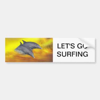 Delfínes que practican surf las ondas etiqueta de parachoque