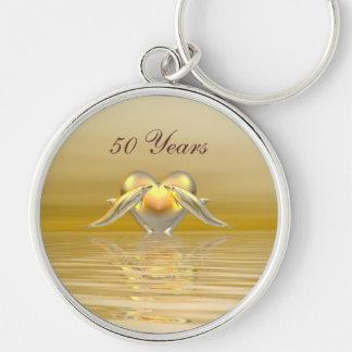 Delfínes y corazón de oro del aniversario llavero redondo plateado