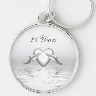 Delfínes y corazón de plata del aniversario llavero redondo plateado