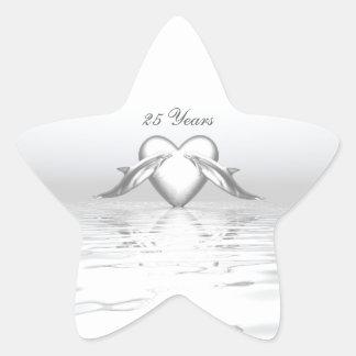 Delfínes y corazón de plata del aniversario pegatina en forma de estrella