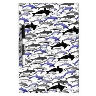 Delfínes y orcas que nadan el modelo tablero blanco