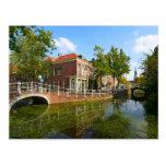 Delft, canal, puente, y casas viejas tarjetas postales