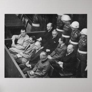 Demandados nazis que se sientan en los ensayos de póster