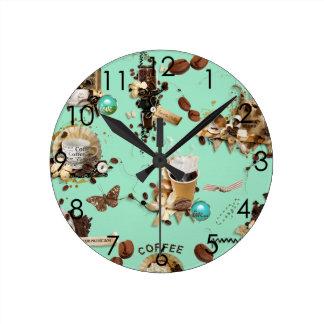 Demasiada taza de la taza de las habas del marrón reloj redondo mediano