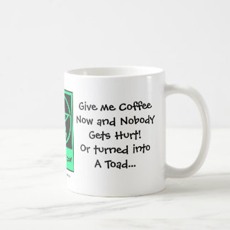 ¡Déme el café ahora! Taza de café fresca de la bru