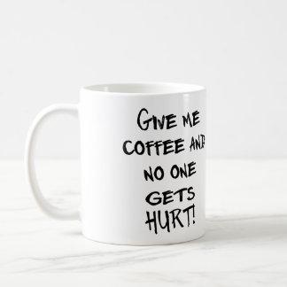¡DÉME EL CAFÉ Y NADIE CONSIGUE DAÑO! TAZA CLÁSICA