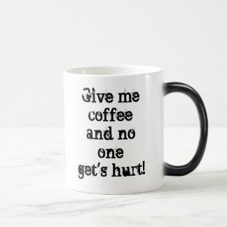 Déme el coffeeand la taza dañada de ningunos