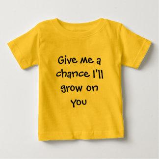 Déme una oportunidad que creceré en usted playera de bebé