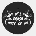 Demonio dentro de II Etiqueta Redonda