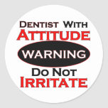 Dentista con actitud etiqueta redonda