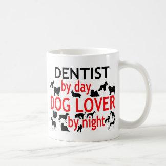 Dentista del amante del perro del día por noche taza de café