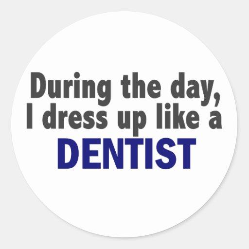 Dentista durante el día pegatina redonda