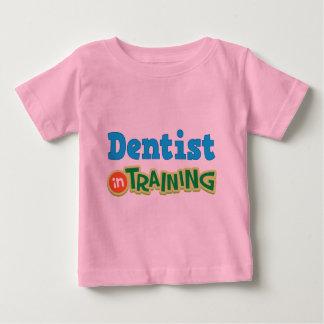 Dentista en el entrenamiento (futuro) playera de bebé