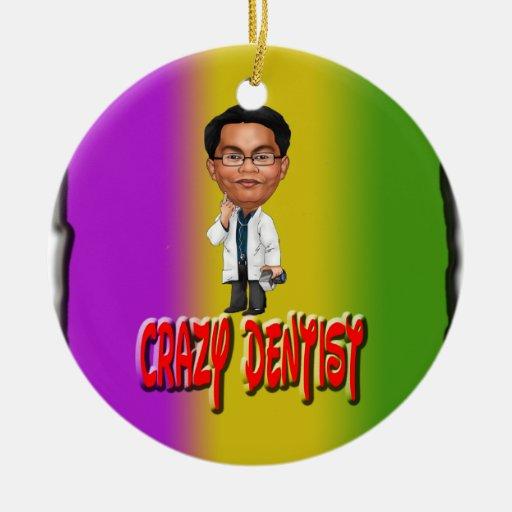 Dentista loco con el fondo adorno de navidad