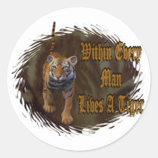 Dentro de cada hombre vive un tigre pegatina redonda