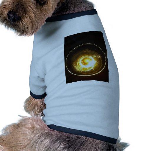 Dentro de un vidrio de cóctel camisas de perritos