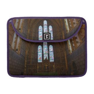Dentro de una capilla hermosa en Inglaterra Fundas Macbook Pro