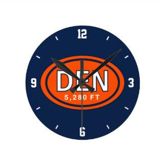 Denver Colorado fútbol del naranja y del azul de Reloj Redondo Mediano