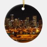 Denver en la noche adorno navideño redondo de cerámica