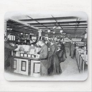 Departamento del libro en una tienda del Ejército  Tapetes De Raton