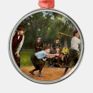Deporte - béisbol - huelga una 1921 adorno navideño redondo de metal