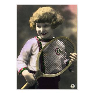 Deportes del vintage, chica feliz que sostiene una comunicado personal