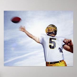 deportista que juega con la bola de rugbi póster