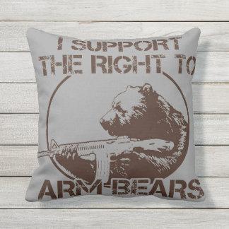 Derecho al brazo lleva la almohada cojín de exterior