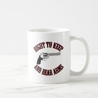 Derecho guardar y llevar el revólver de los brazos tazas